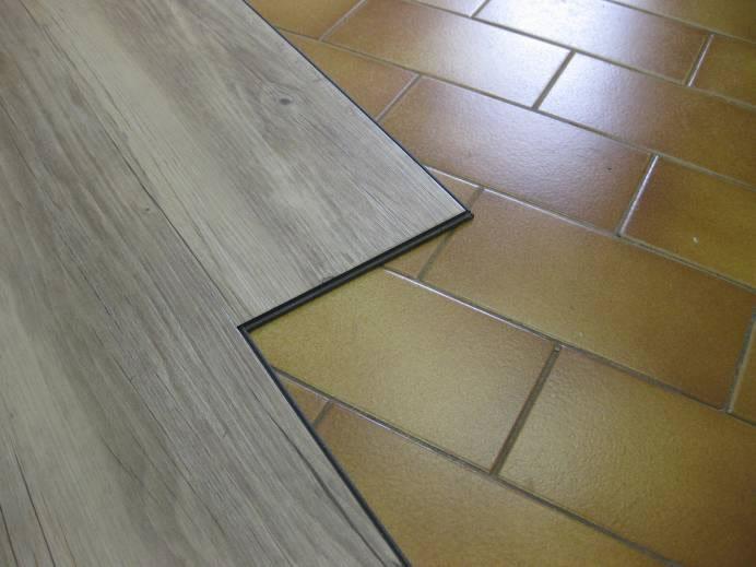 Pavimento in vinile pvc modulare ad incastro verticale creation clic system un pavimento - Piastrelle in pvc ...